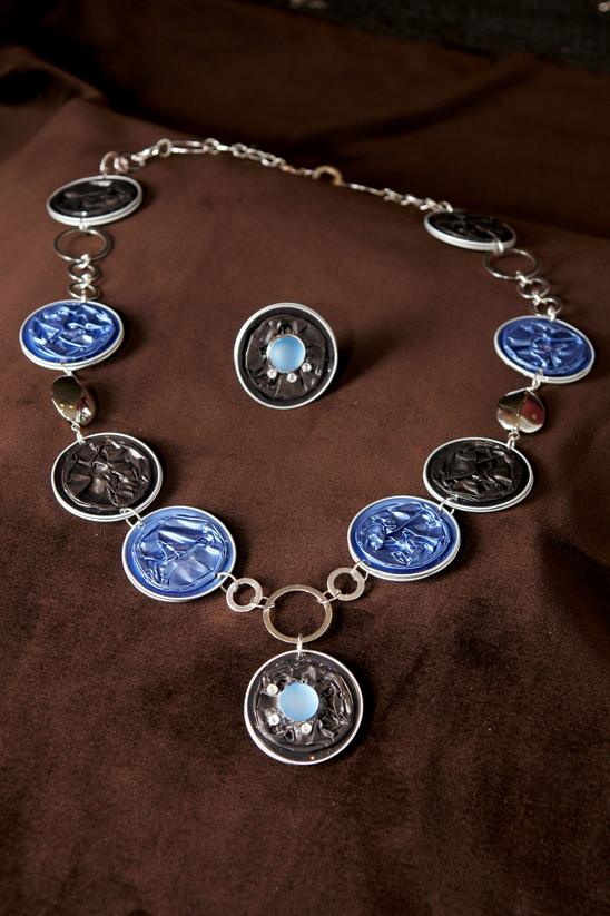 kette und ring aus nespresso kapseln in grau und blau mit. Black Bedroom Furniture Sets. Home Design Ideas